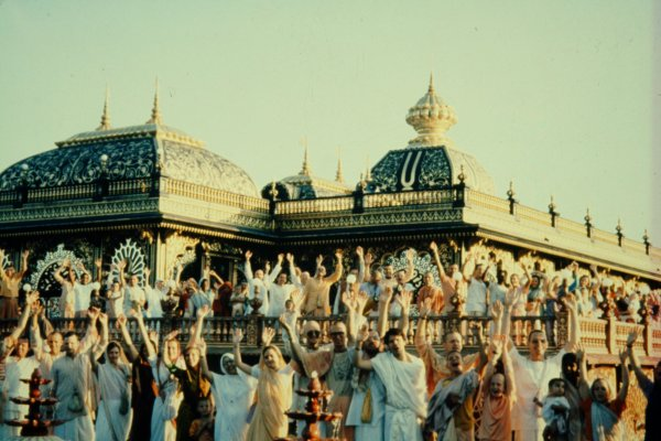 Devotees wave at Palace